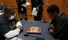 قاض يتحدى المتهم في قاعة المحكمة لخوض مباراة شطرنج