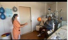 بيليه يتحدّى المرض ويداعب الكرة في المستشفى