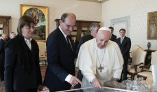 رئيس الوزراء الفرنسي يقدم قميص ميسي إلى البابا فرنسيس