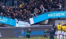 بالفيديو - سقوط مدرج المشجعين خلال احتفالهم في الدوري الهولندي