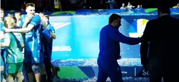 مشجع يتعرض للضرب خلال الاحتفال مع لاعبي فريقه