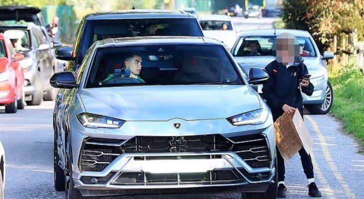 رونالدو يوقف سيارته لاخذ صورة مع شاب في وسط الطريق